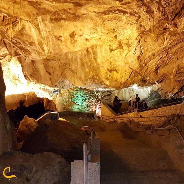 تصویری از پله های ورودی غار علی صدر