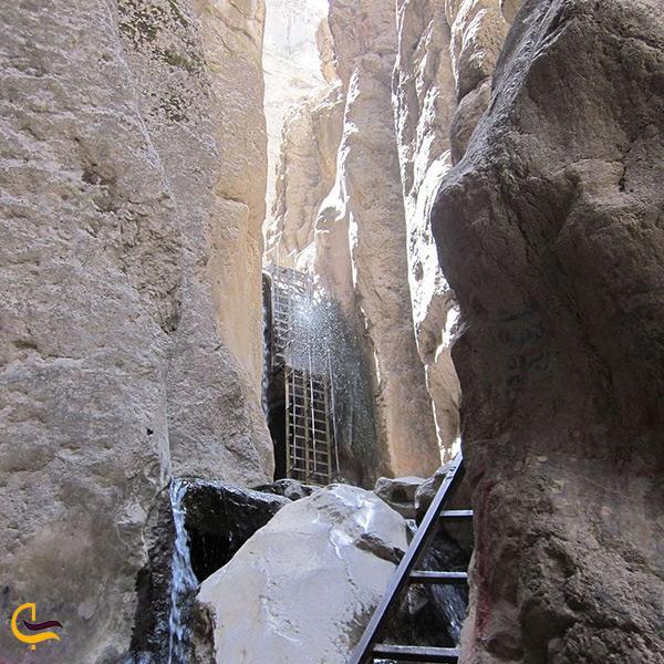 تصویر نمای نزدیک از آبشار قره سو کلات نادری