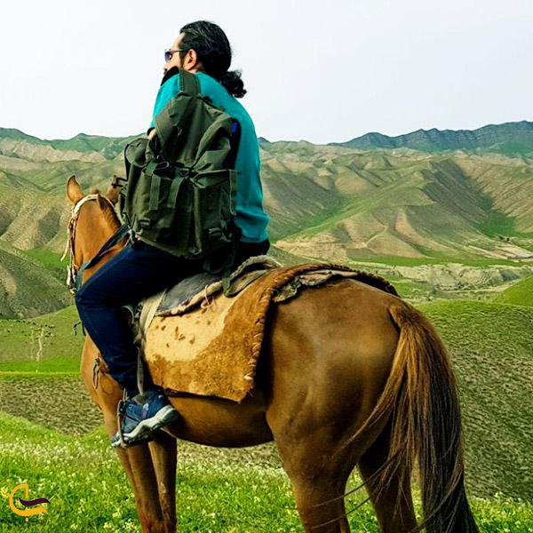 نمایی ازاسبسواری را در طبیعت ترکمن صحرا