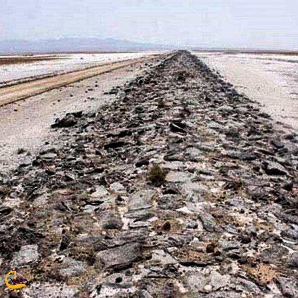 تصویری از جاده سنگ فرش سیاه کوه