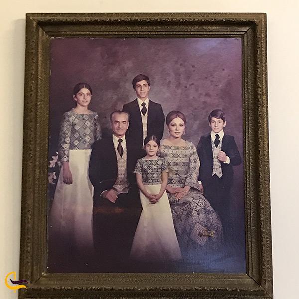 عکس خانواده سلطنتی پهلوی بر روی دیوار کوشک احمدشاهی