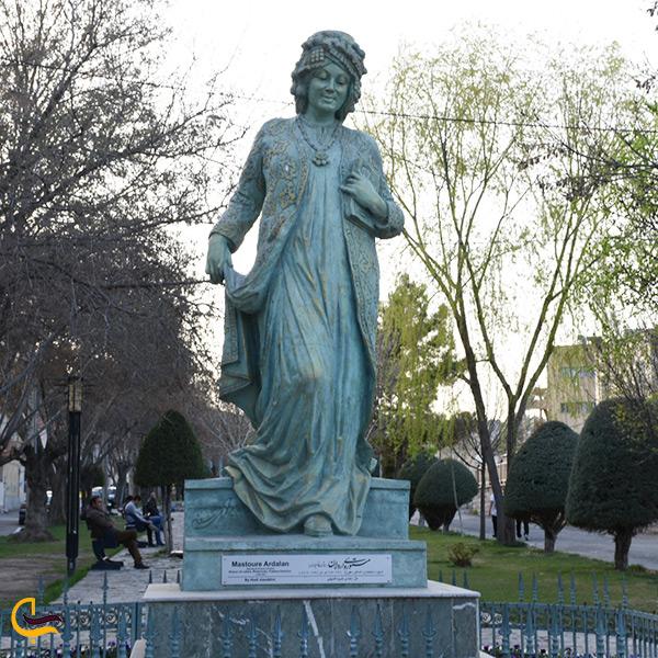 مجسمه در حیاط عمارت چهارباغ سنندج