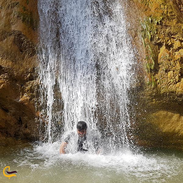 نمای خیلی نزدیک آبشار نوژیان