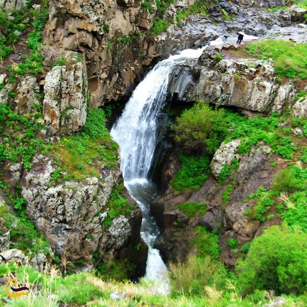 نمایی از طبیعت سرسبز آبشار بلوکان میانه