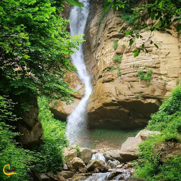 تصویری از طبیعت سرسبز آبشار خربو