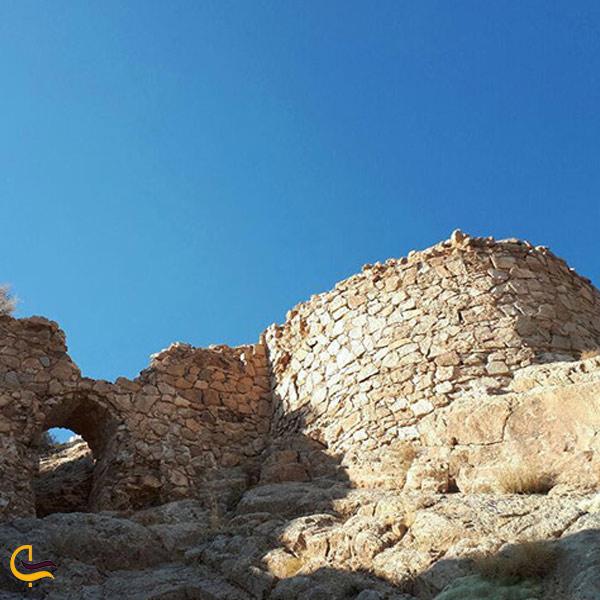 تصویری از قلعه سنگی شهمیرزاد