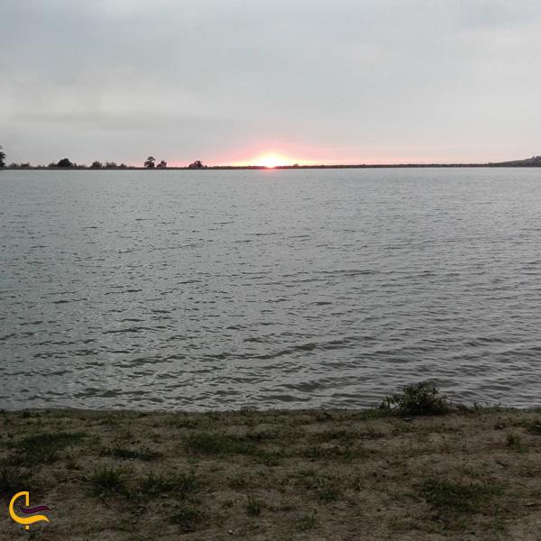 نمایی از دریاچه عباس آباد ایران
