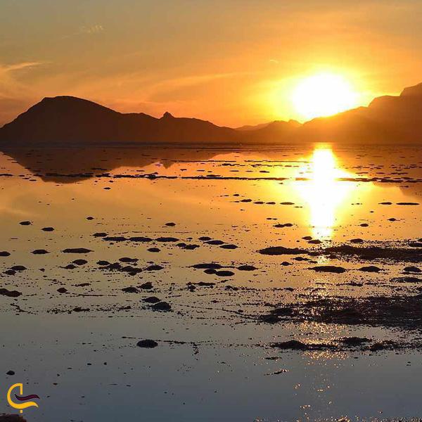 تصویری از غروب دریاچه بختگان