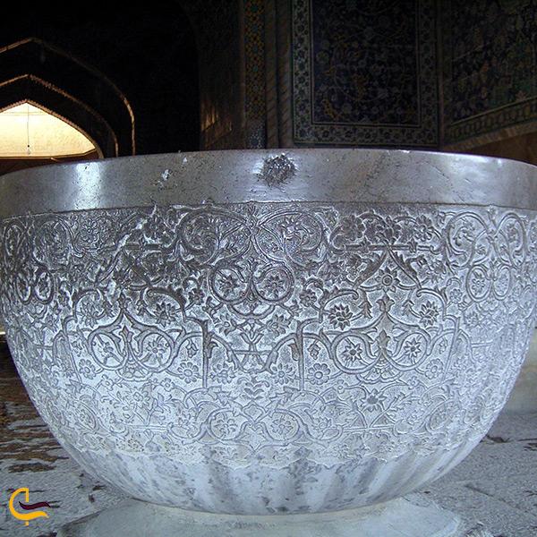 نمای نزدیک از نقوش حک شده بر روی سنگاب مسجد شاه اصفهان