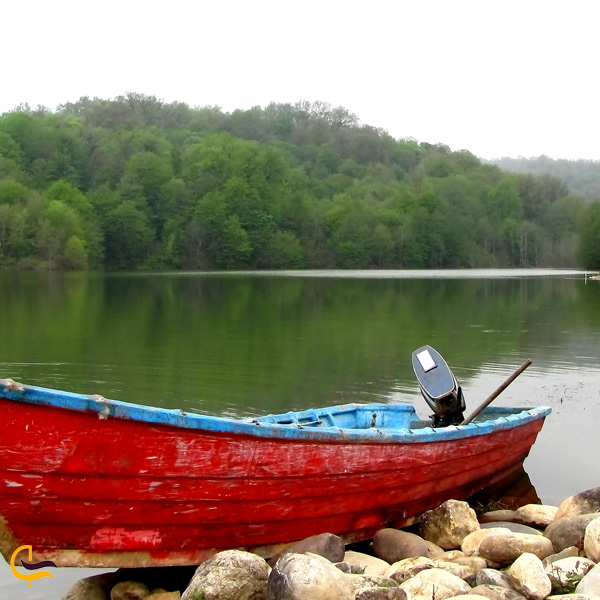 تصویری از قایق در دریاچه الیمالات