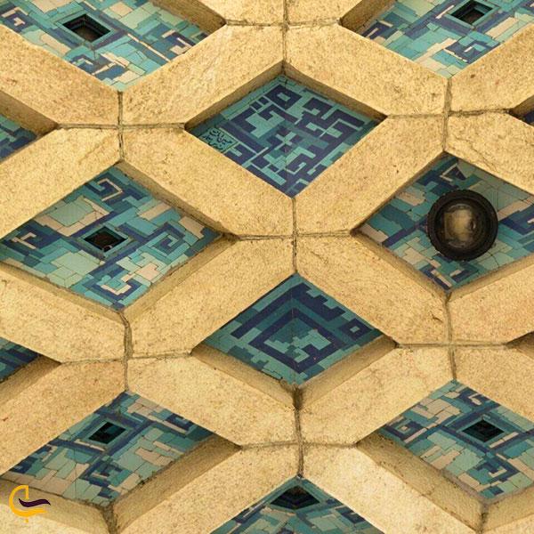 نمایی از کاشی کاری برج آزادی