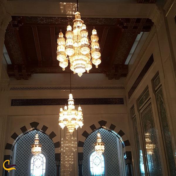 نمایی از دو لوستر کریستالی مسجد جامع سلطان قابوس