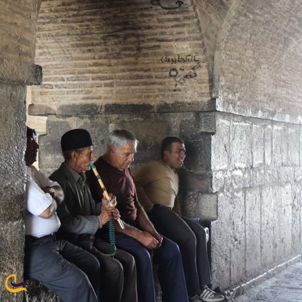 نمایی ازآواز خواندن زیر پل خواجو