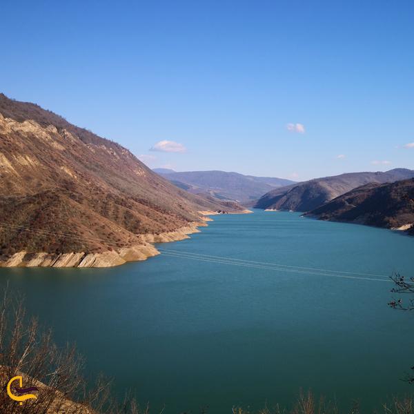 نمایی از دریاچه در سد سلیمان تنگه
