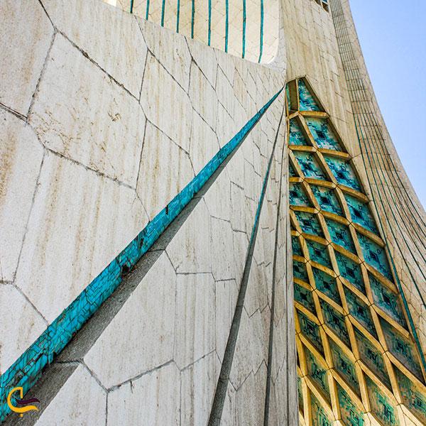 نمایی ازخطوطی فیروزهایرنگ برج آزادی