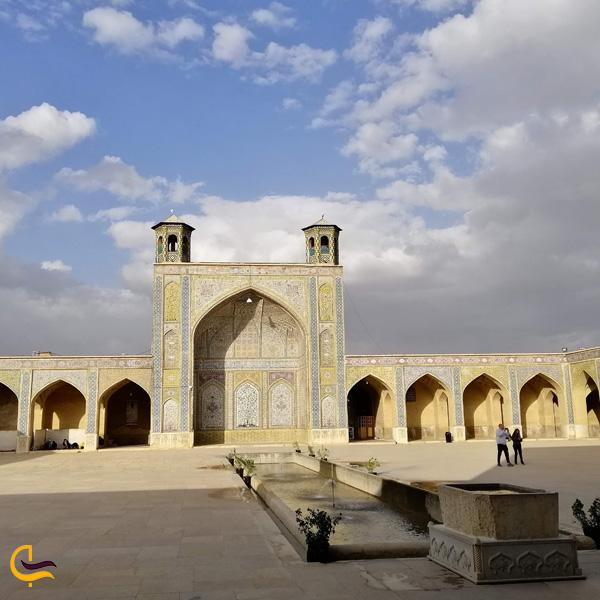 تصویری از محیط بیرون مسجد وکیل