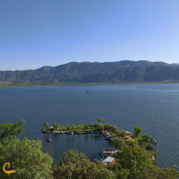 نمایی از بالای دریاچه زریبار