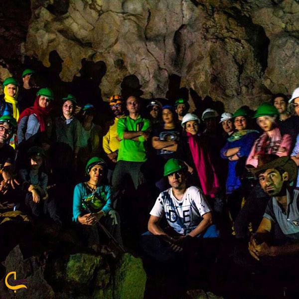 تصویری از افراد مجهز در داخل غار