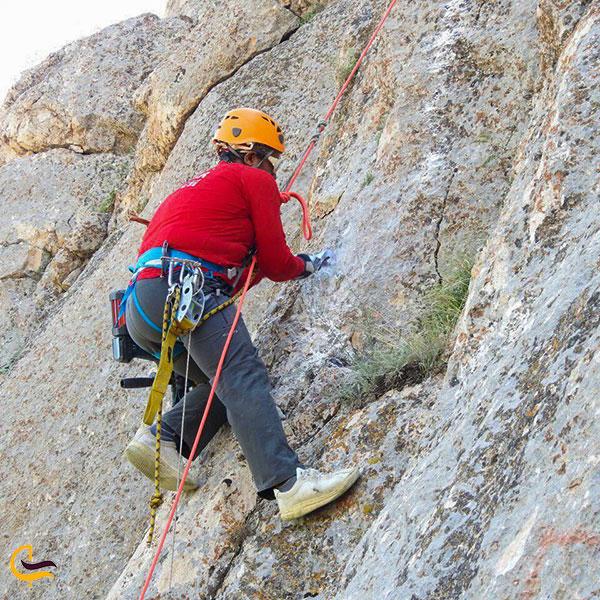 عکس صخره نوردی و کوهپیمایی حرفه ای در دره