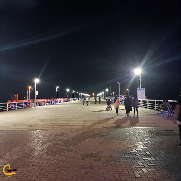 عکس قدمزدن کنار ساحل کیش در شب