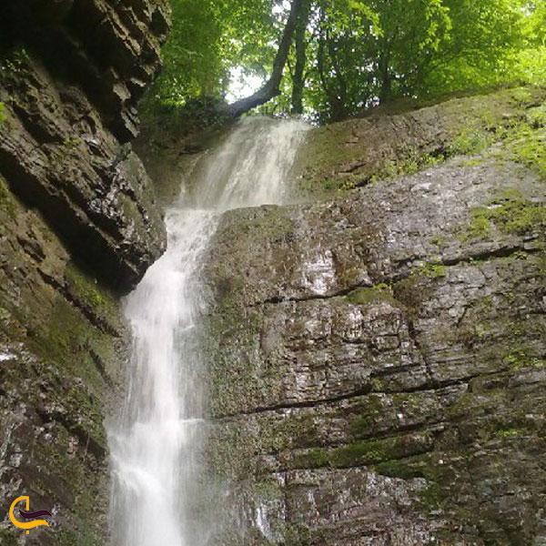 نمایی از آبشار وزن بی