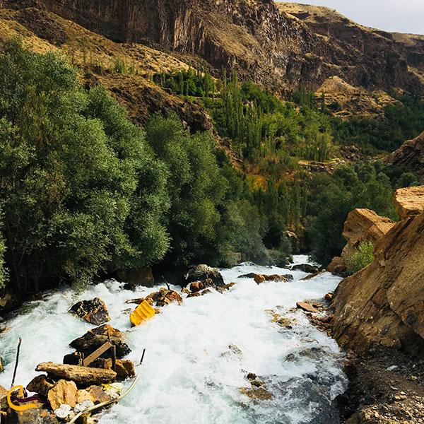عکس جریان آب مسیر رسیدن به غار