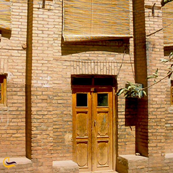 نمایی از در ورودی مسجد یوسمون