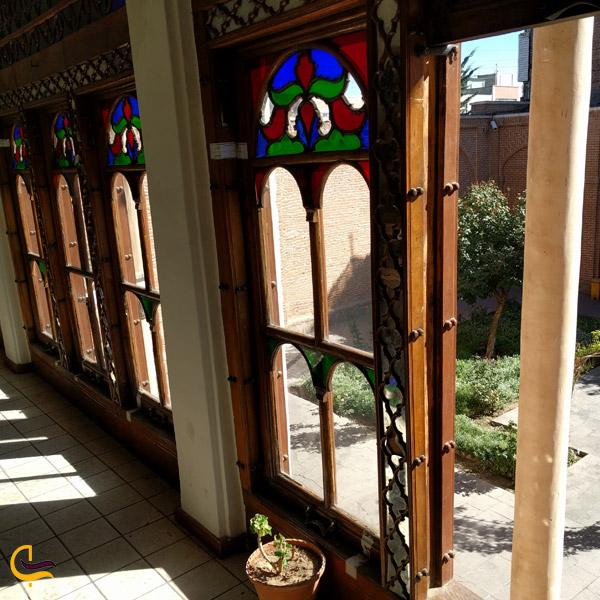 تصویری از پنجره های خانه مشروطه تبریز