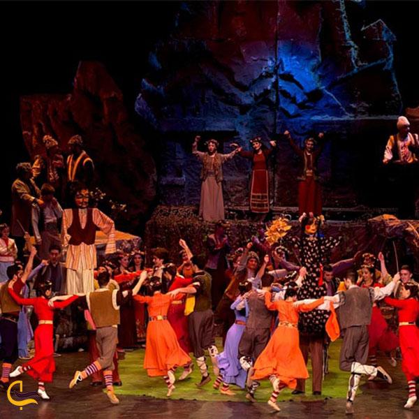 عکس رقص محلی در خانه اپرا در ارمنستان