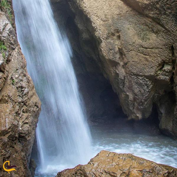 نمایی از چشمانداز طبیعت اطراف آبشار مازندران