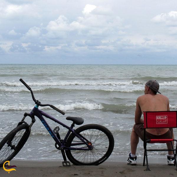 عکس ازدوچرخه سواری در پارک ساحلی قشم