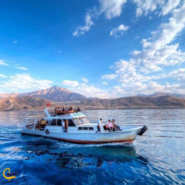 تصویری از قایقسواری در دریاچه وان ترکیه