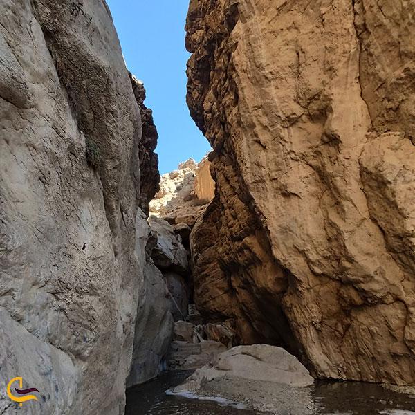 عکس تخته سنگ های اطراف آبشار رود معجن