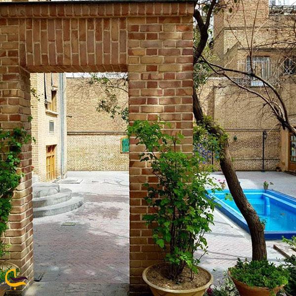 عکس حیاط خانه دکتر معین در تهران