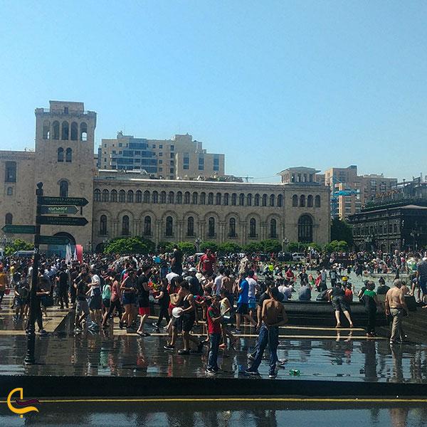عکس اجراهای شاد در میدان جمهوری ایروان