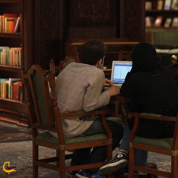 عکس مطالعه کتاب در کتابخانه جندی شاپور